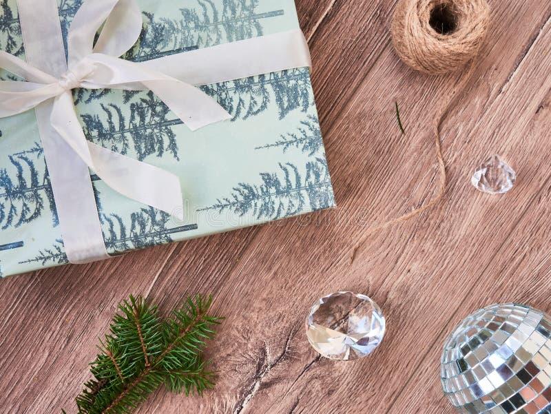 Composição do Natal Presentes do Natal, decorações dos ramos de árvore do abeto, as pretas e as douradas no fundo branco Configur fotos de stock