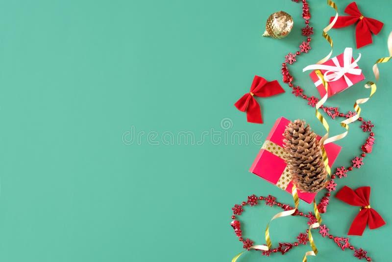 Composição do Natal, quadro do modelo no fundo verde com espaço da cópia fotografia de stock
