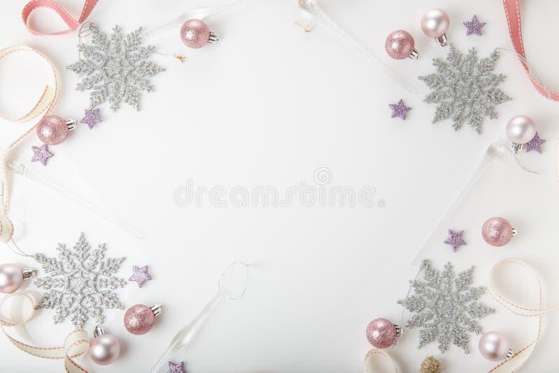 Composição do Natal Ramos Spruce, árvore do xmas, bola cor-de-rosa do feriado da decoração do xmas com a fita no fundo branco foto de stock