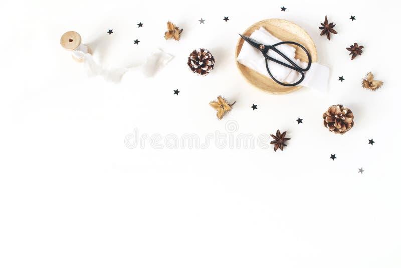Composição do ofício do Natal Canto decorativo Cones, seda e fitas do pinho no fundo branco da tabela Casamento do inverno foto de stock