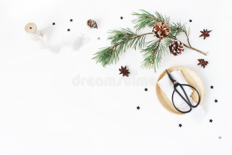 Composição do ofício do Natal O canto decorativo fez Ramo do pinho com cones, fitas de seda, tesouras do vintage em de madeira imagem de stock royalty free