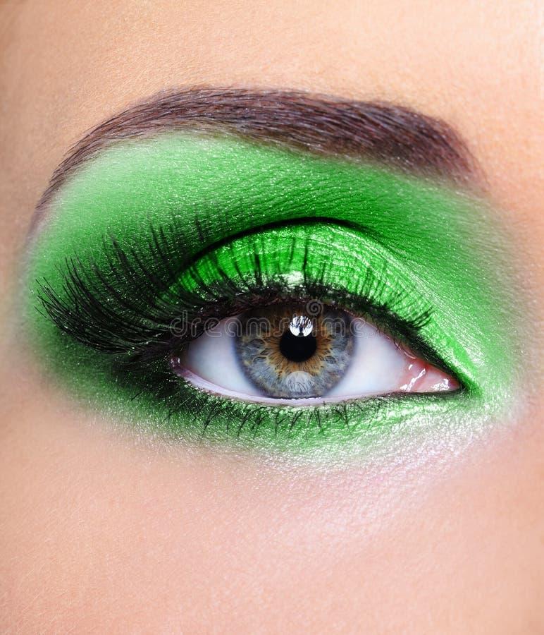 Composição do olho da mulher com sombras verdes imagens de stock