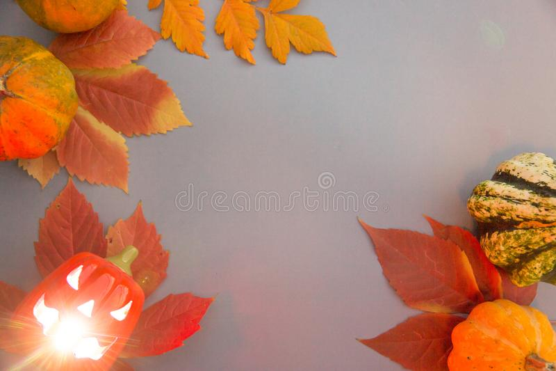 Composição do outono Abóboras, jaque-o-lanterna velha assustador de Dia das Bruxas com interior de incandescência dos olhos e fol imagem de stock royalty free