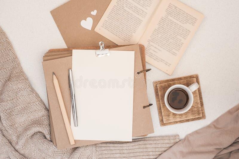 Composição do outono A xícara de café, livro, cobertura, caderno, mulheres forma a camiseta Configuração lisa, vista superior, es imagens de stock