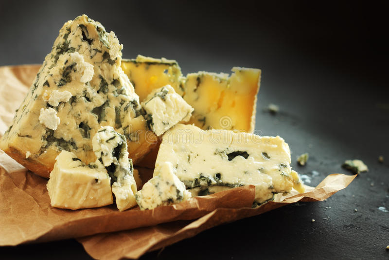Composição do queijo do roquefort foto de stock