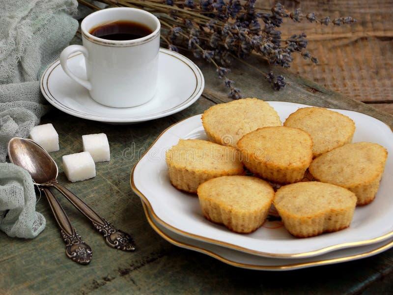 A composição do queque sem glúten da arroz-banana, de uma xícara de café e de um ramalhete da alfazema Phot romântico do vintage  imagens de stock
