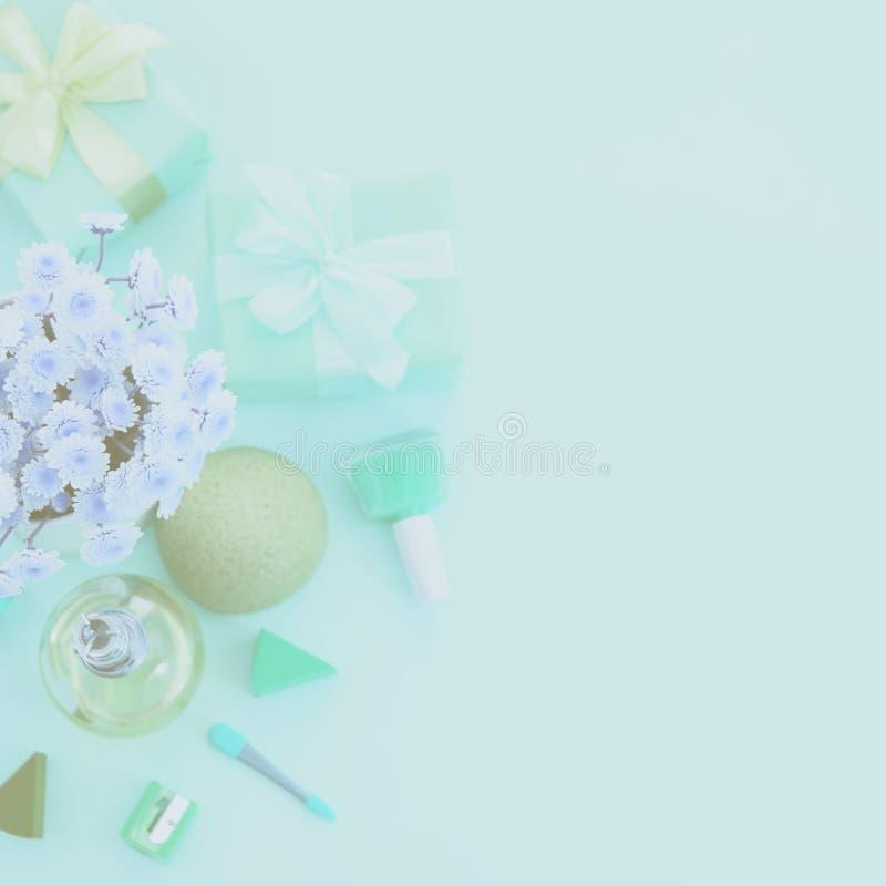 Composição do surrealismo de Defocus de um grupo de acessórios do ` s das mulheres, cocktail cosmético do presente dos artigos fotografia de stock
