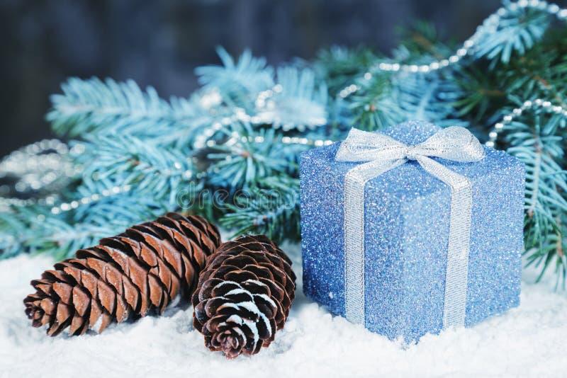 A composição dos feriados de inverno na neve foto de stock