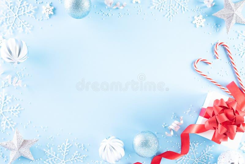 Composição dos feriados natalinos Vista superior da caixa vermelha de presentes com flocos de neve decorativos de Natal, estrela, imagem de stock royalty free