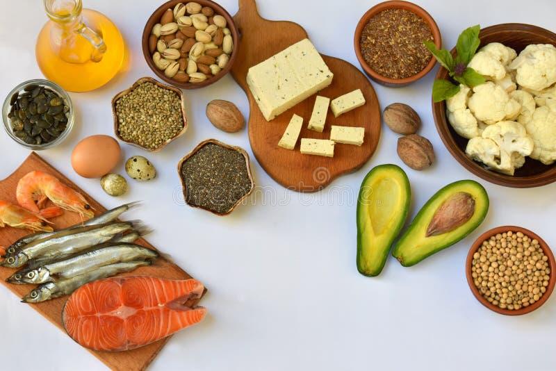 Composição dos produtos que contêm a ômega não saturada 3 dos ácidos gordos - peixes, porcas, tofu, abacate, ovo, feijão de soja, foto de stock royalty free