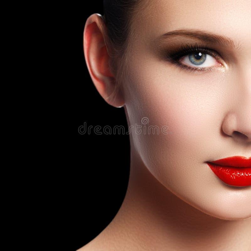 Composição e cosméticos Cara da mulher da beleza isolada no backg preto foto de stock