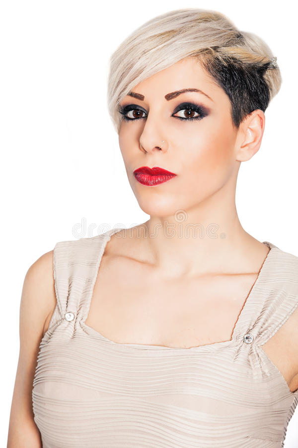 Composição e mulher bonita curto do cabelo louro no branco imagens de stock