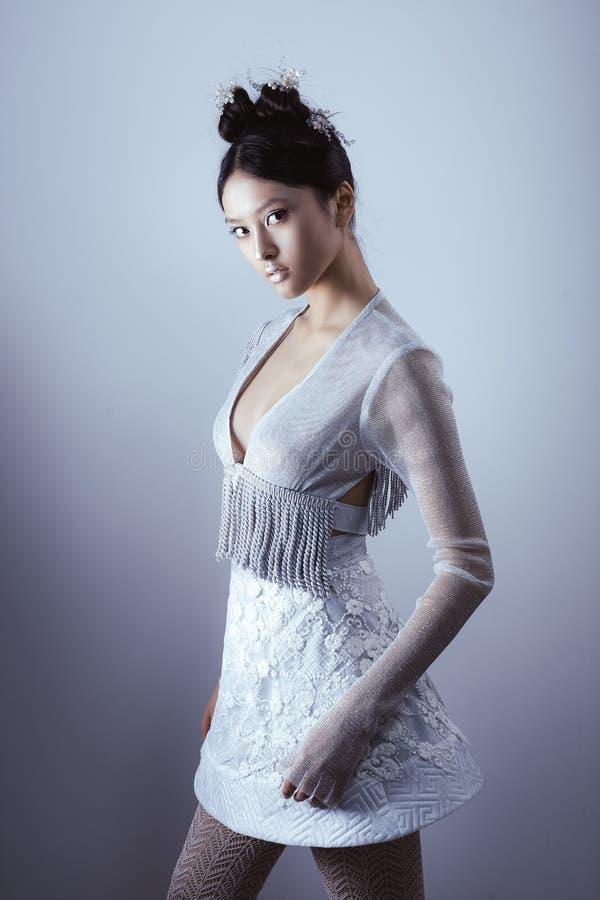 Composição e penteado criativos da arte Retrato da menina asiática bonita fotos de stock royalty free