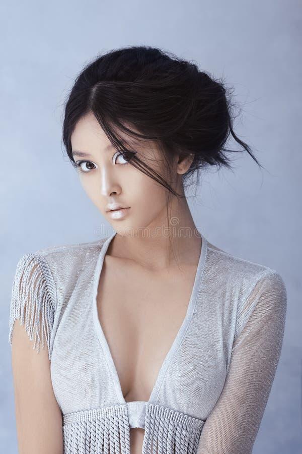 Composição e penteado criativos da arte Retrato da menina asiática bonita imagem de stock royalty free