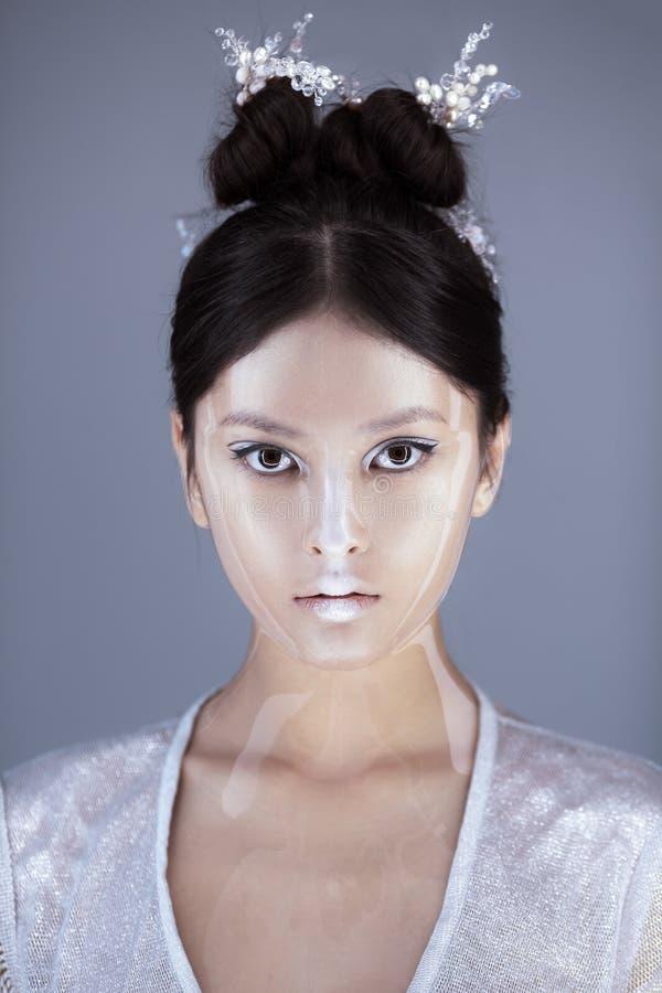 Composição e penteado criativos da arte Retrato da menina asiática bonita imagem de stock