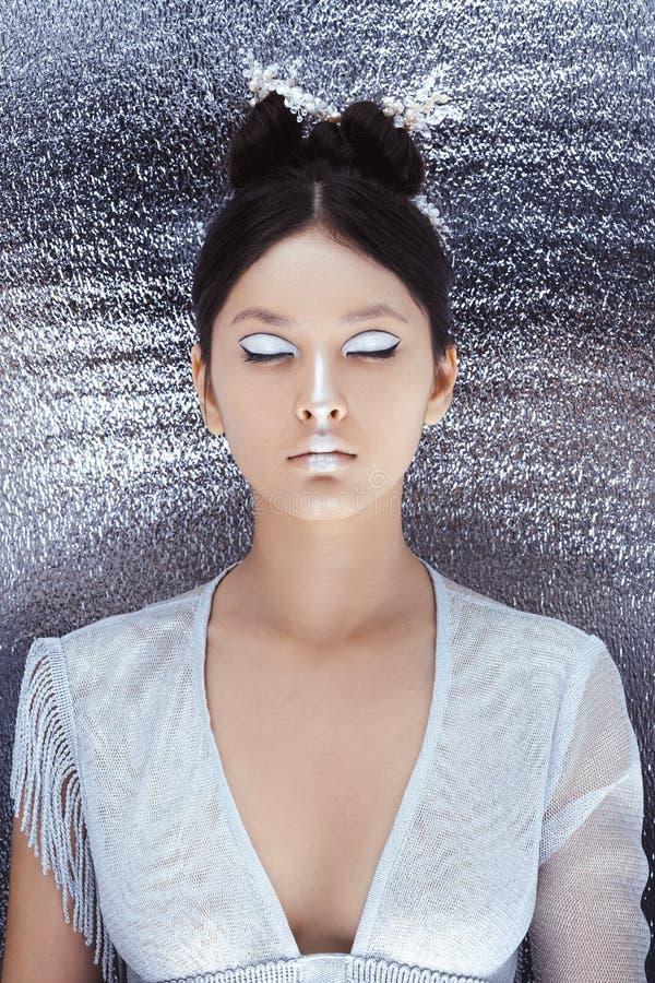 Composição e penteado criativos da arte Retrato da menina asiática bonita foto de stock