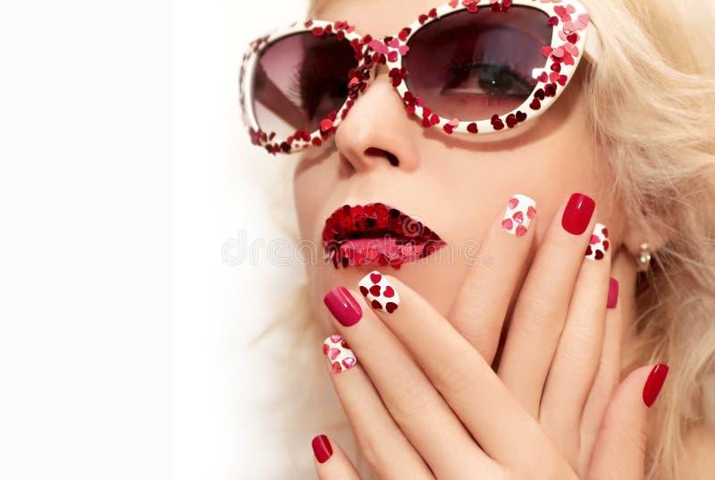 Composição e tratamento de mãos do feriado com corações vermelhos imagens de stock