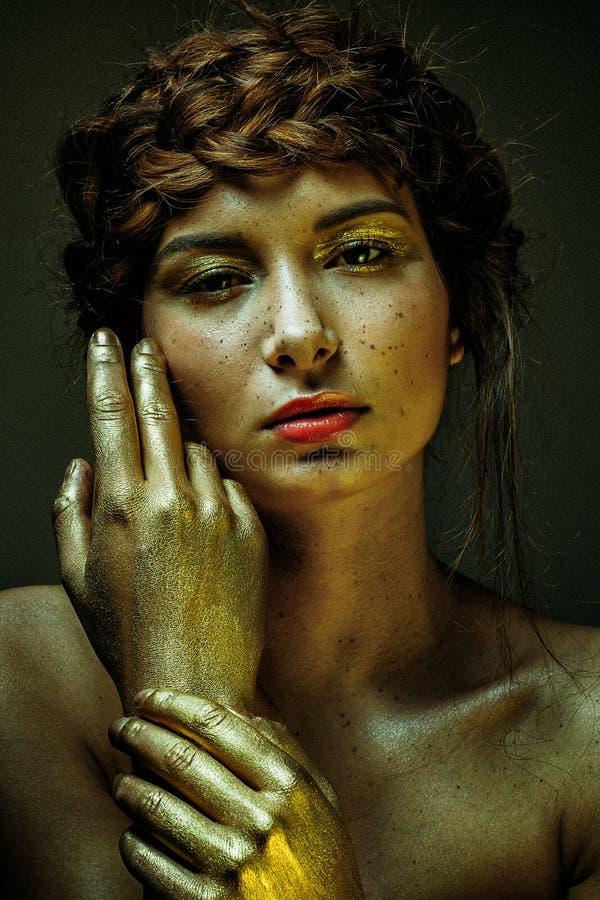 Composição extravagante e extrema do retrato na cara bonito da menina imagens de stock