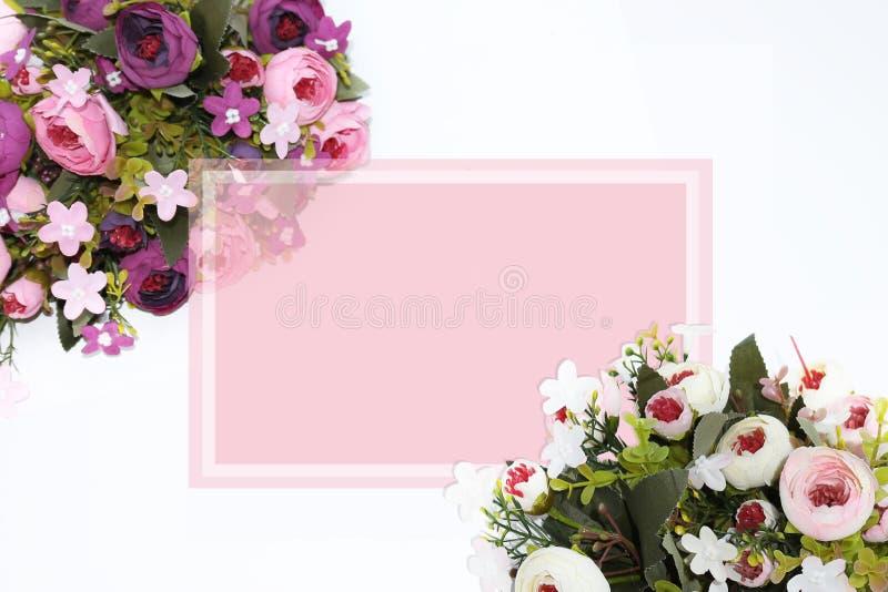 Composição festiva da flor com o cartão no fundo branco Vista aérea - imagem foto de stock royalty free