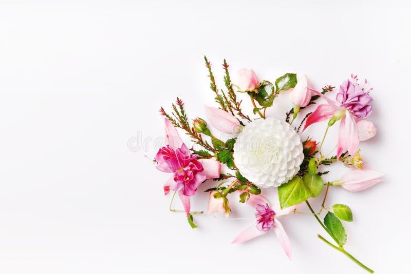 Composição festiva da flor no fundo de madeira branco Vista aérea fotos de stock