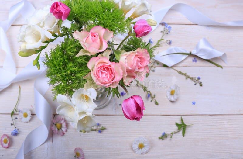 Composição festiva da flor no fundo de madeira branco Vista aérea foto de stock royalty free