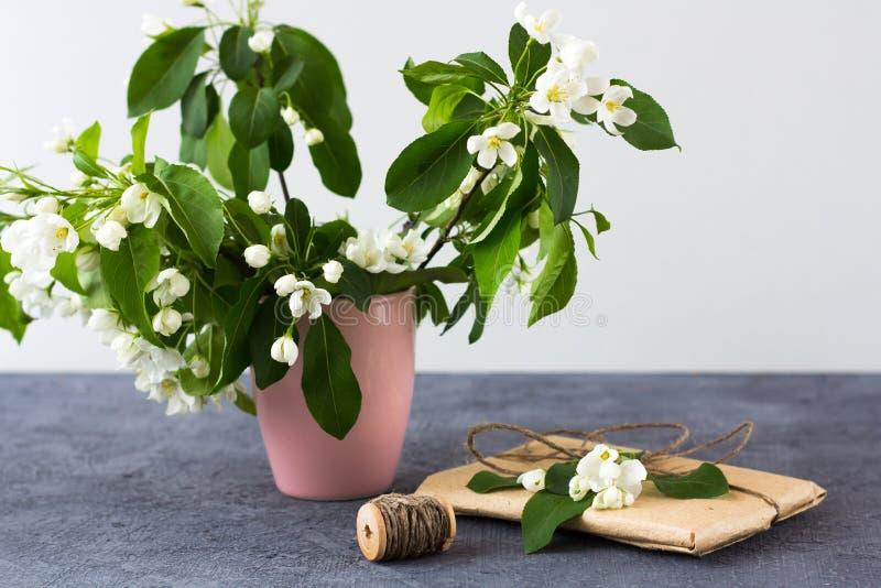 Composição floral em um dia ensolarado da mola fotografia de stock royalty free