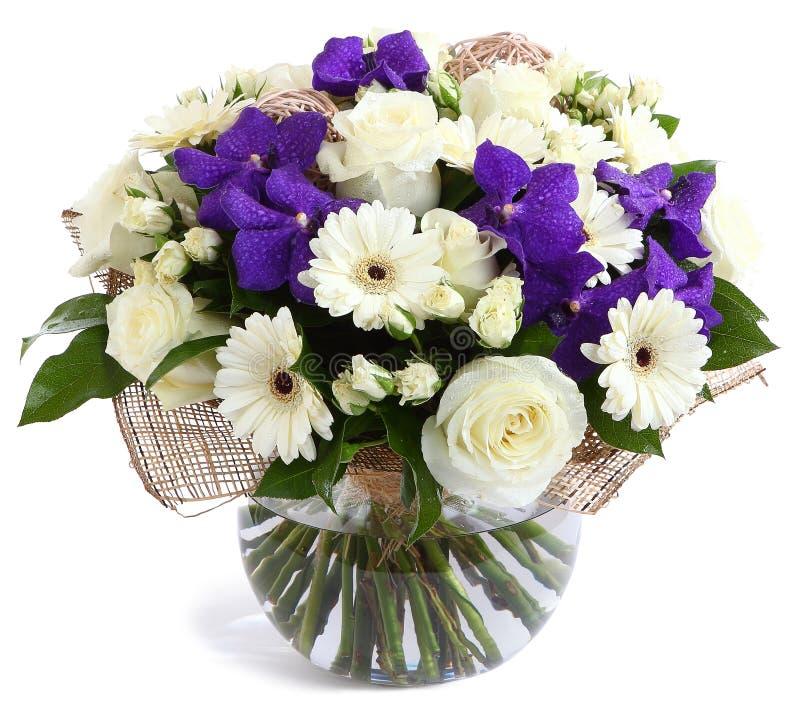 Composição floral no vidro, vaso transparente: Rosas brancas, orquídeas violetas, margaridas brancas do gerbera, ervilhas verdes.  imagem de stock royalty free
