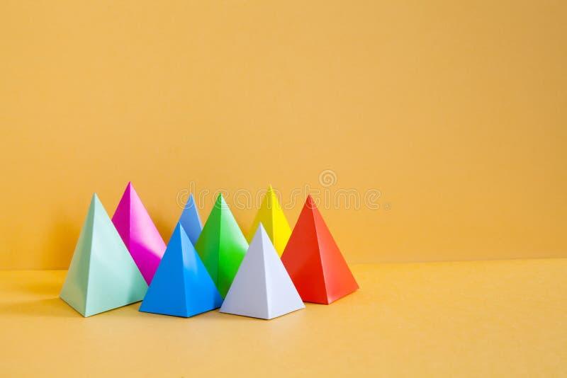 Composição geométrica abstrata colorida do projeto minimalista Objetos retangulares da pirâmide tridimensional de prisma, alaranj foto de stock