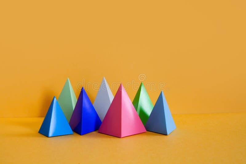 Composição geométrica abstrata colorida do projeto minimalista Objetos retangulares da pirâmide tridimensional de prisma sobre fotos de stock