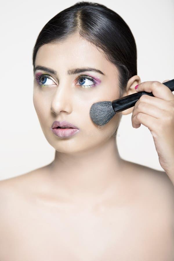 A composição indiana bonita da menina retoca com escova imagem de stock