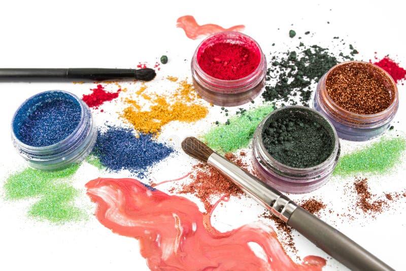 composição Jogo da composição escova Brilho colorido lipgloss, vermelho, sombras, em um fundo branco imagem de stock royalty free