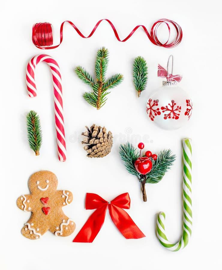 Composição lisa com ramos de árvore do abeto, gingerbre do Natal da configuração imagens de stock royalty free