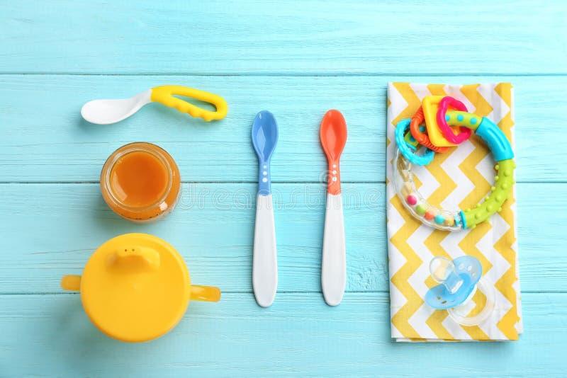 Composição lisa da configuração com comida para bebê fotografia de stock