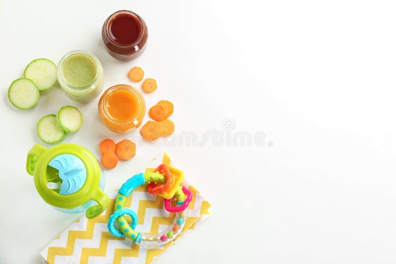 Composição lisa da configuração com comida para bebê, ingredientes imagem de stock