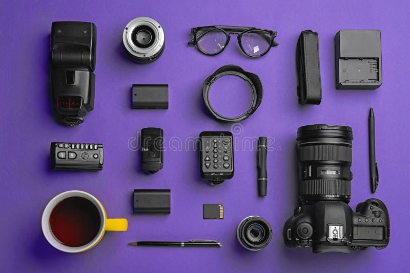 Composição lisa da configuração com equipamento do ` s do fotógrafo fotografia de stock royalty free