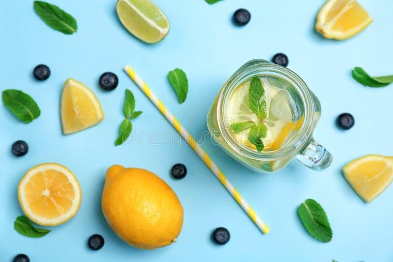Composição lisa da configuração com limonada natural deliciosa fotografia de stock