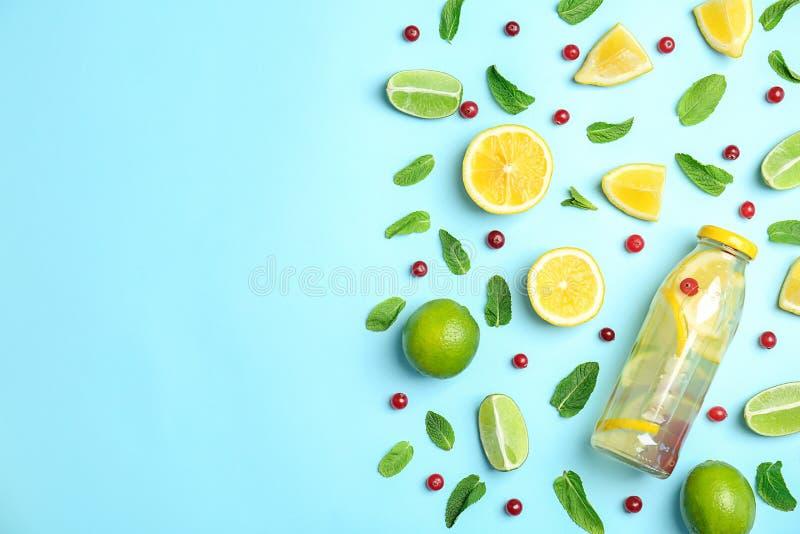 Composição lisa da configuração com limonada natural deliciosa imagem de stock royalty free