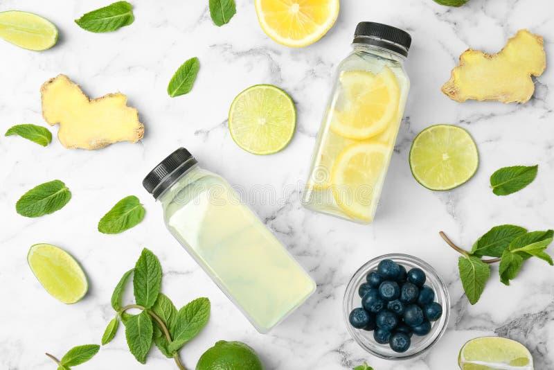 Composição lisa da configuração com limonada natural deliciosa foto de stock royalty free