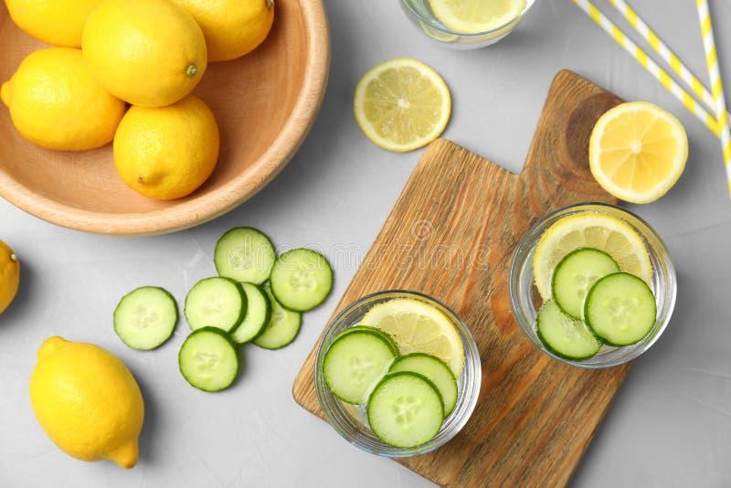Composição lisa da configuração com limonada natural deliciosa fotografia de stock royalty free