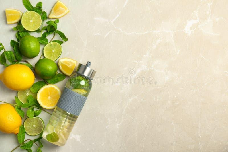 Composição lisa da configuração com limonada natural deliciosa no fundo claro foto de stock royalty free