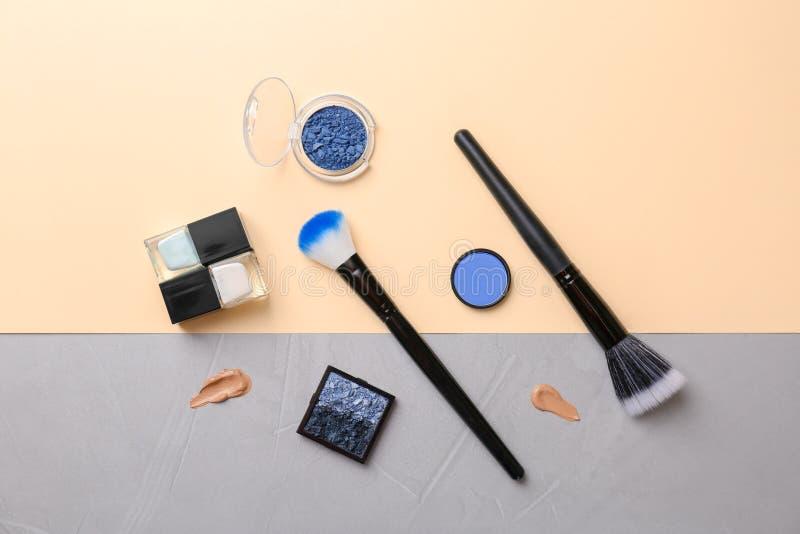 Composição lisa da configuração com os produtos cosméticos no fundo da cor fotografia de stock royalty free