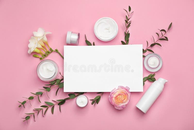 Composição lisa da configuração com produtos cosméticos imagens de stock