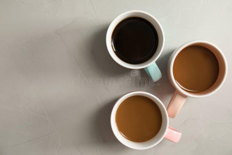 Composição lisa da configuração com xícaras de café imagem de stock