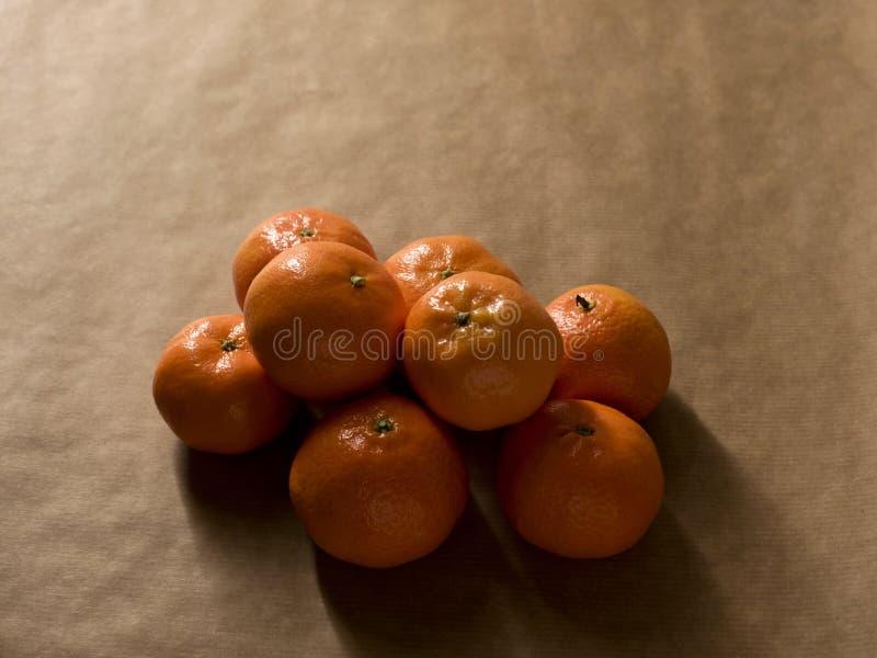 Composição mínima - uma pilha das clementina no papel marrom fotografia de stock
