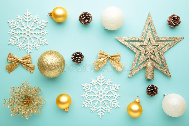 Composição natalícia com decoração sobre fundo de menta fotos de stock royalty free