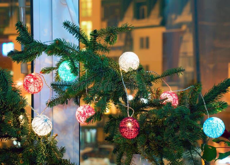 Composição natalícia com ramos de abeto e lanternas na janela fotografia de stock