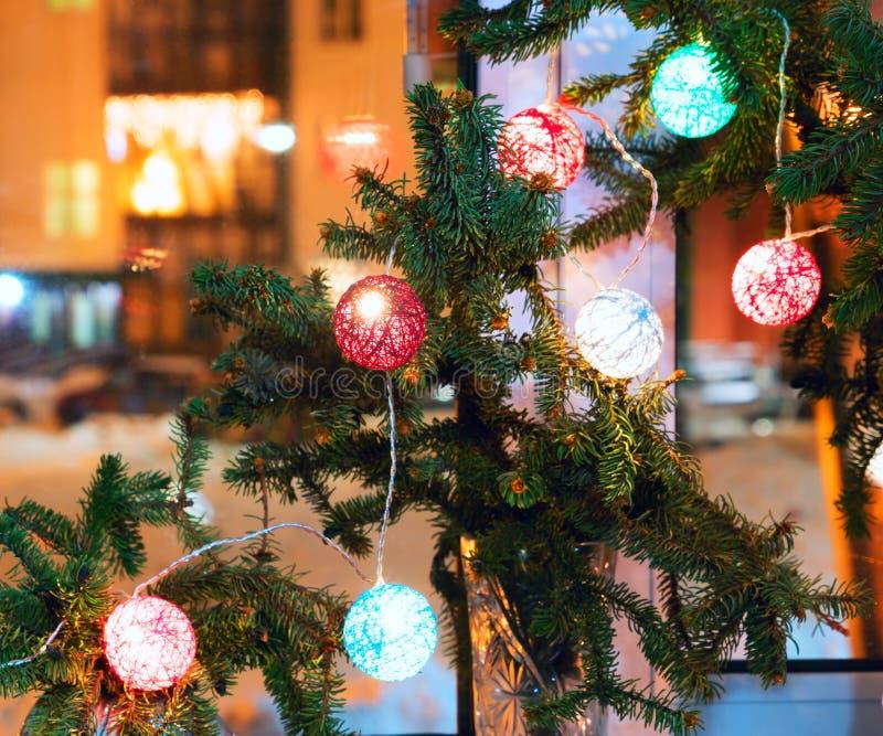 Composição natalícia com ramos de abeto e lanternas na janela imagens de stock royalty free