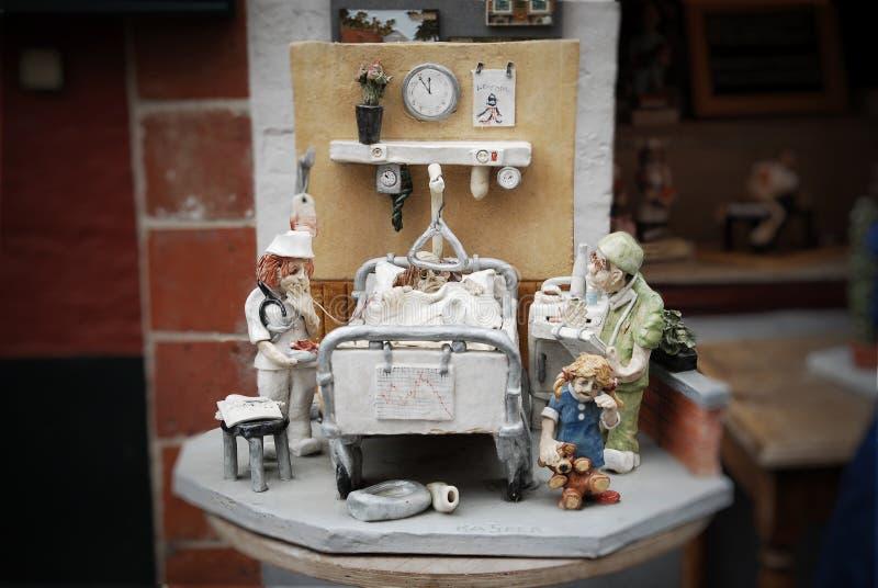 Composição no tema médico perto da entrada da loja de lembrança em Bruxelas foto de stock