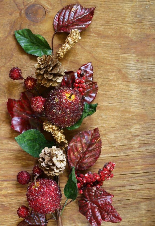 Composição outonal com as decorações dos frutos e das folhas para a ação de graças imagem de stock royalty free