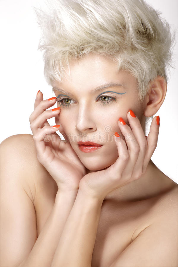Composição perfeita e tratamento de mãos do penteado modelo louro da beleza imagens de stock royalty free